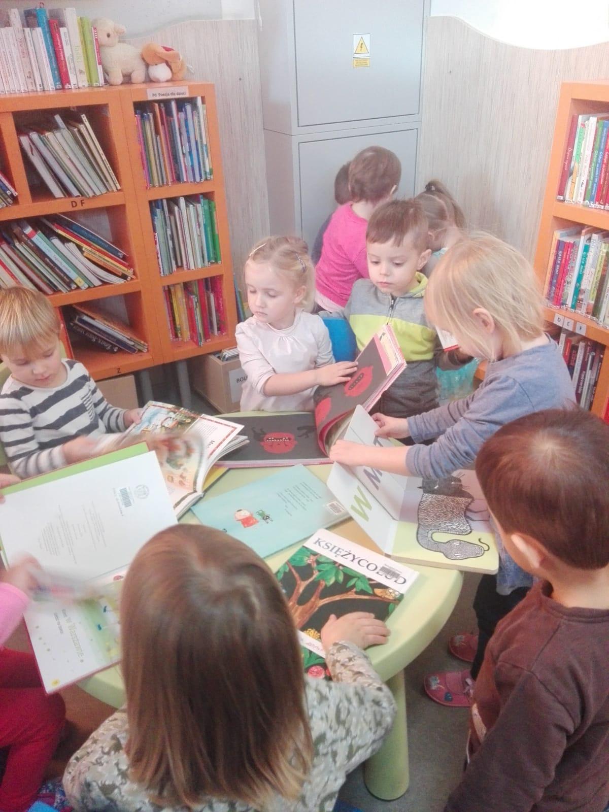 Zajęcia w bibliotece o tematyce zimowej